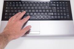 Ręki odciskania przestrzeni guzik na laptop klawiaturze zdjęcie royalty free