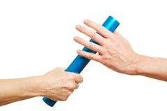 Ręki oferuje sztafetową batutę podczas rasy Zdjęcie Royalty Free