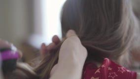 Ręki ojciec wolno szczotkuje długie włosy jego mała dziewczynka zamykają w górę Rodzinny czas wolny Ojcostwo, dba zbiory wideo