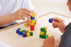 Ręki opętani starsi ludzie bawić się zdjęcie stock