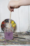 Ręki opłukania Paintbrush W słoju woda Zdjęcie Royalty Free