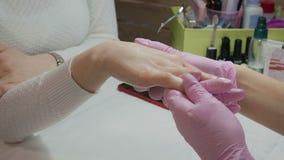 Ręki opieka w manicure'u salonie zbiory wideo