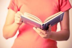 Ręki otwarta książka Zdjęcie Royalty Free