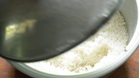 Ręki otwarta pokrywa elektrycznej kuchenki ryż i garnek z uśmiechniętą twarzą zbiory wideo
