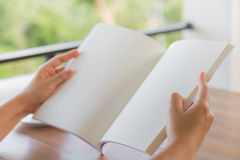 Ręki otwierają Pustego katalog, magazyny, książka egzamin próbny up na drewno stole zdjęcie stock