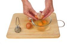Ręki pęka jajka Zdjęcia Stock