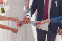 Ręki państwo młodzi wiązani Ślubni ręczniki Fotografia Stock