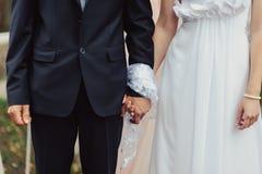 Ręki państwo młodzi wiązani Ślubni ręczniki Zdjęcie Royalty Free