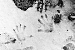 Ręki palmy druki w śniegu w czarny i biały fotografii Zdjęcia Stock