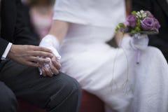 Ręki panna młoda i nowożeniec w ślubnej małżeństwo ceremonii Obrazy Royalty Free