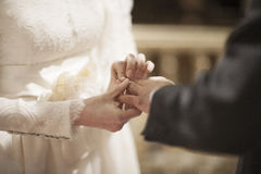 Ręki panna młoda i nowożeniec w ślubnej małżeństwo ceremonii Zdjęcie Stock