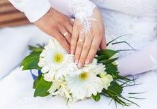 Ręki panna młoda z i fornal pierścionkami i bridal bukietem obraz stock