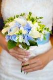 Ręki panny młodej mienia ślubny bukiet biały i błękit kwitną Zdjęcie Stock