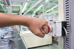 Ręki pchnięcia Przeciwawaryjny guzik w linii produktowa Fotografia Royalty Free