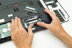 Ręki pchnięcie RAM zmienia dla laptopu Fotografia Stock