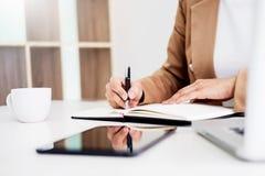 Ręki pieniężny biznesowych kobiet kierownik bierze notatki gdy praca Obrazy Royalty Free