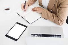 Ręki pieniężny biznesowych kobiet kierownik bierze notatki gdy praca Zdjęcia Stock