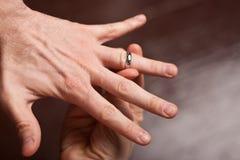 ręki pierścionku obruszenie Obraz Stock