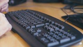 Ręki pisać na maszynie na komputerowej klawiaturze stara kobieta zdjęcie wideo