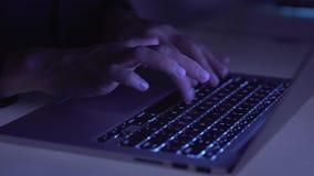 Ręki pisać na maszynie na komputerowej klawiaturze w nocy zbiory