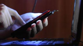Ręki pisać na maszynie na twój smartphone pracuje przy laptopem zbiory wideo