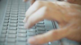 Ręki pisać na maszynie na nowożytnej komputerowej klawiaturze, ekstremum w górę zbiory