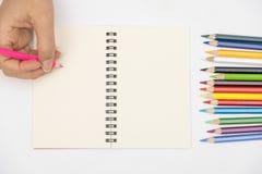 Ręki piszą na książce fotografia stock
