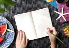 Ręki Pisze czasopisma biurka pojęciu fotografia stock