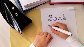Ręki pisze na białej księgi prześcieradle Z powrotem szkoła up?yw zbiory