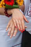 Ręki poślubiająca para po ślubu Obrazy Royalty Free
