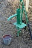 Ręki pompa prowadzi artesian well zdjęcie stock