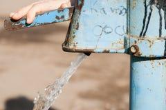 Ręki pompa wodna - retro styl pompuje wodę Zdjęcie Stock