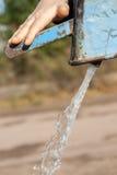 Ręki pompa wodna - retro styl pompuje wodę Fotografia Stock
