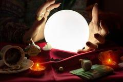 Ręki pomyślność narrator wokoło iluminującej kryształowej kuli Fotografia Royalty Free