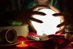 Ręki pomyślność narratora kobieta wokoło kryształowej kuli Zdjęcia Stock