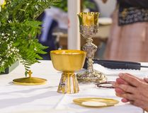 Ręki Pope uświęcać świętego chleb w ciele C zdjęcie stock