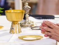 Ręki Pope uświęcać gospodarza święty chleb w obraz royalty free