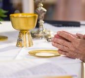 Ręki Pope uświęcać gospodarza święty chleb w zdjęcia stock