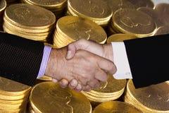 RĘKI potrząśnięcia PIENIĘŻNEGO bogactwa PLANISTYCZNA inwestycja Obraz Royalty Free