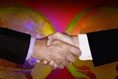 RĘKI potrząśnięcia technologii biznesu GLOBALNY przemysł zdjęcie royalty free
