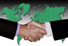 RĘKI potrząśnięcia technologii biznesu GLOBALNY przemysł obraz stock