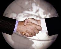 RĘKI potrząśnięcia technologii biznesu GLOBALNY przemysł Obrazy Stock