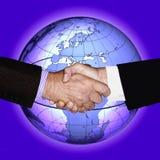 RĘKI potrząśnięcia technologii biznesu GLOBALNY przemysł zdjęcie stock