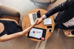 Ręki potrząśnięcie przy biznesowego spotkania zgody sprzedażami fotografia stock