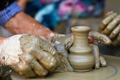 Ręki pracuje na ceramicznym kole, zamykają up zdjęcia royalty free
