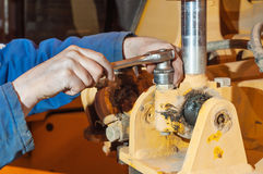 Ręki pracuje w auto remontowym sklepie mechanik fotografia royalty free