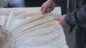 Ręki projektant przy pracą z tkaniną zbiory wideo