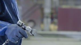 Ręki ręka trzyma przemysłowego wielkościowego kiść pistolet używać dla przemysłowego obrazu i narzutu Męska ręki mienia farby kiś Obraz Royalty Free