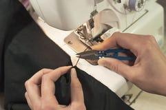 Ręki rżnięta nić po przerobowego tkankowego serger Zdjęcie Royalty Free