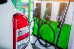 Ręki refilling samochód z paliwem przy benzynową stacją, czarny samochód w benzynowej stacji obraz stock
